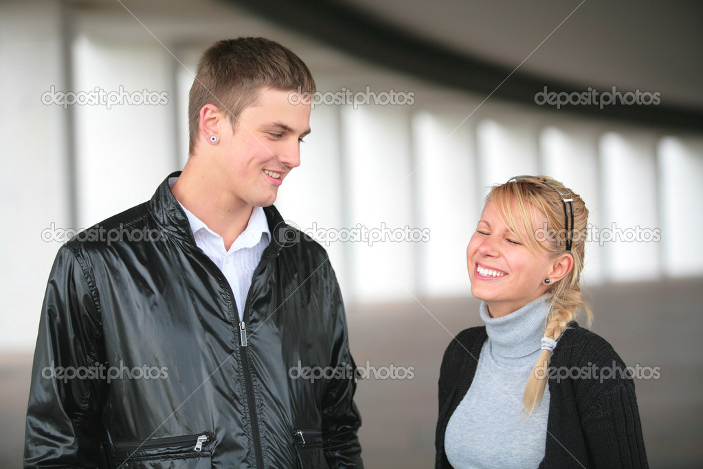 Guy tells girl a funny story — Stock Photo #1187819