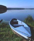 Blue Boat ASHORE Blue Lake — Stock Photo