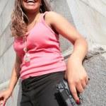 mulher com arma preta grande — Foto Stock