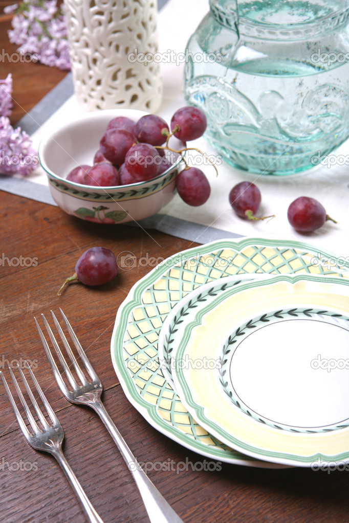 Still life with Grape and Ceramic Dishes — Stock Photo #1373696