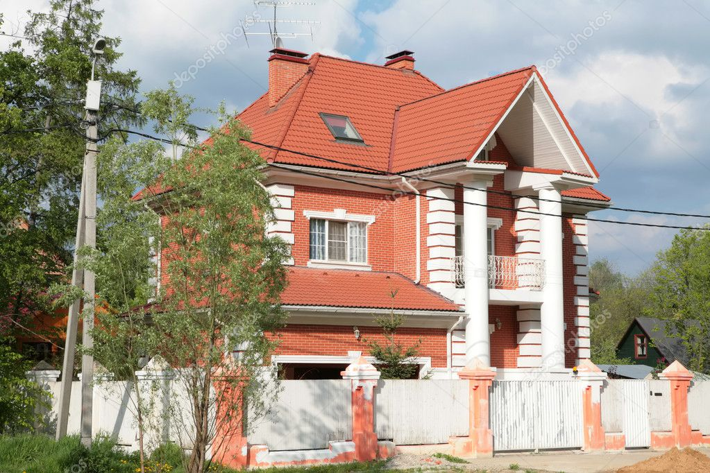 Russia, Moscow, Beautiful house with red roof under blue sky — Stock Photo #1392904