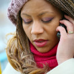携帯電話と薄紫色のベレー帽の女の子 — ストック写真