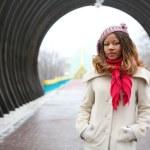 ライラック ベレー帽でアフリカの美しい女の子 — ストック写真