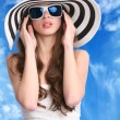 bella donna con cappello a righe — Foto Stock