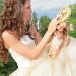 jolie princesse joue avec une poupée aimée — Photo