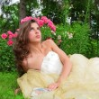 Princess lying under rosebushes — Stockfoto