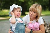 Anne ve ağlayan küçük kız — Stok fotoğraf
