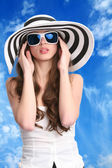çizgili şapkalı güzel kadın — Stok fotoğraf
