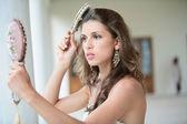 Güzel kız saç tarak — Stok fotoğraf
