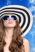 Glamourous girl in hat and sunglasses — Stock Photo