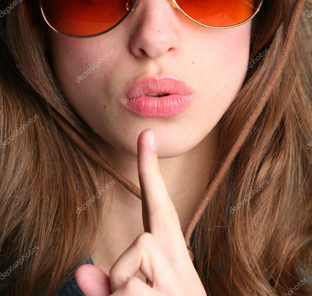 Фото красивых девушек с пальцем во рту 16 фотография