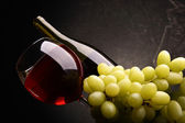 Grapes and red wine — Stock Photo