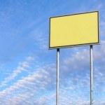 signe blanc contre le ciel bleu — Photo