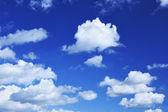 Tiefblauer Himmel und viele kleine Wolken — Stockfoto