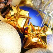 Dárkové krabičky a vánoční koule — Stock fotografie
