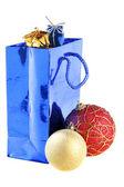 Bolas de navidad y bolsa de regalo — Foto de Stock