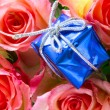 Gift box close-up and roses — Stock Photo