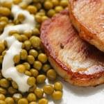 Pork and green peas — Stock Photo