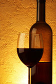 Red wine over textured background — Stock Photo