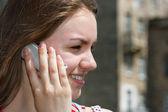 Adolescente sonriente con el teléfono celular — Foto de Stock