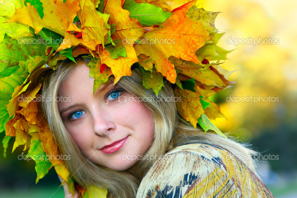 Miss Autumn. Beautiful blue-eyed woman with diadem made from yellow maple leaves — Stock Photo #1441482