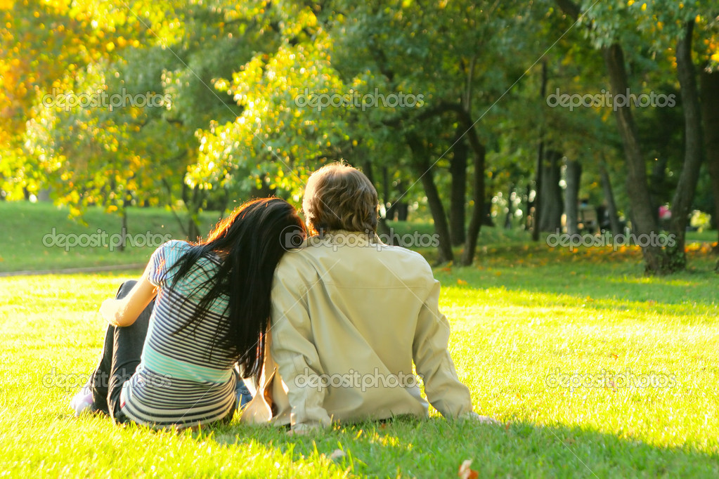 Young happy couple outdoors view from behind — Stok fotoğraf #1441632