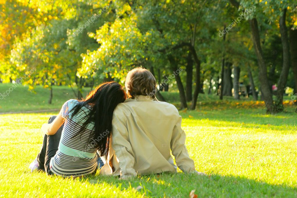 Young happy couple outdoors view from behind — Foto Stock #1441632