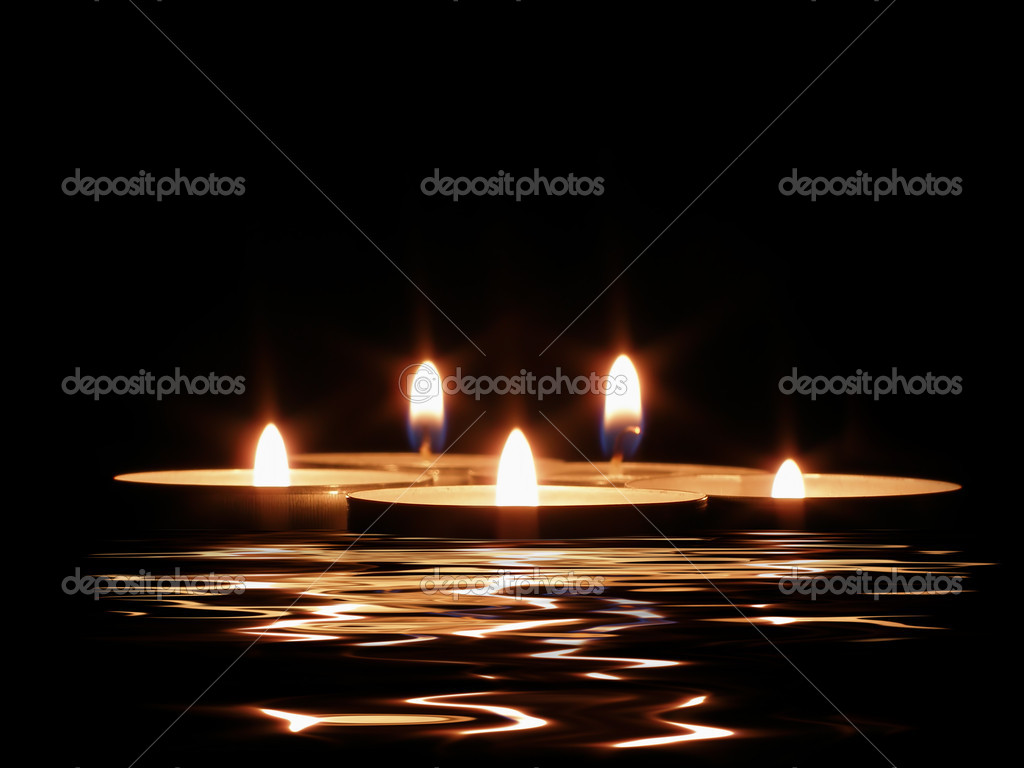 Candles and its reflection in dark water         — Lizenzfreies Foto #1450589