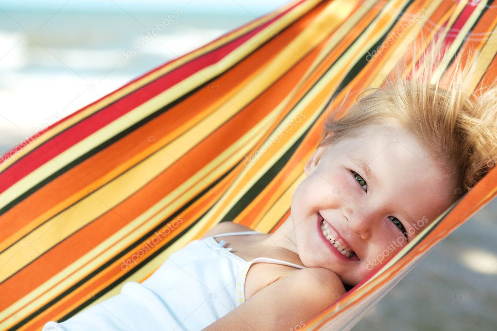 Child relaxing in a hammock on the sea beach — Stock Photo #1173800