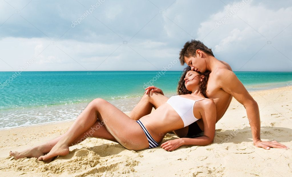 Attractive young couple relaxing on the beach — Stock Photo #1173829