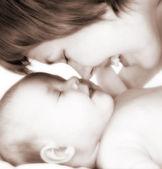 Moeder met pasgeboren baby — Stockfoto