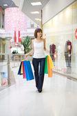 Mulher casual, andando com sacolas de compras — Fotografia Stock