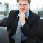 glad ung affärsman med laptop — Stockfoto