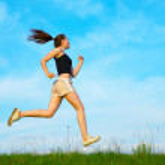 Woman run on green grass — Stock Photo