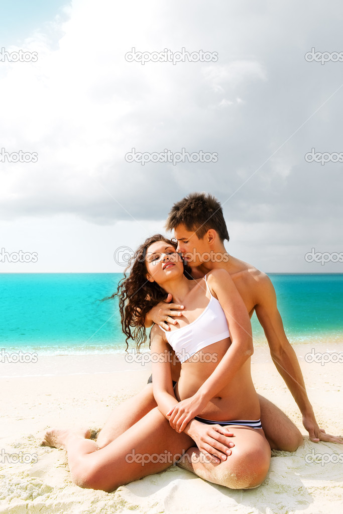 Attractive young couple relaxing on the beach — Foto Stock #1211765