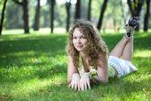 Schoonheid meisje en groen gras — Stockfoto