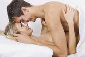 Gelukkige paar op bed — Stockfoto