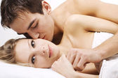 Kiss in bed — Stockfoto