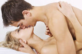 Sensual kiss in bed — Stockfoto