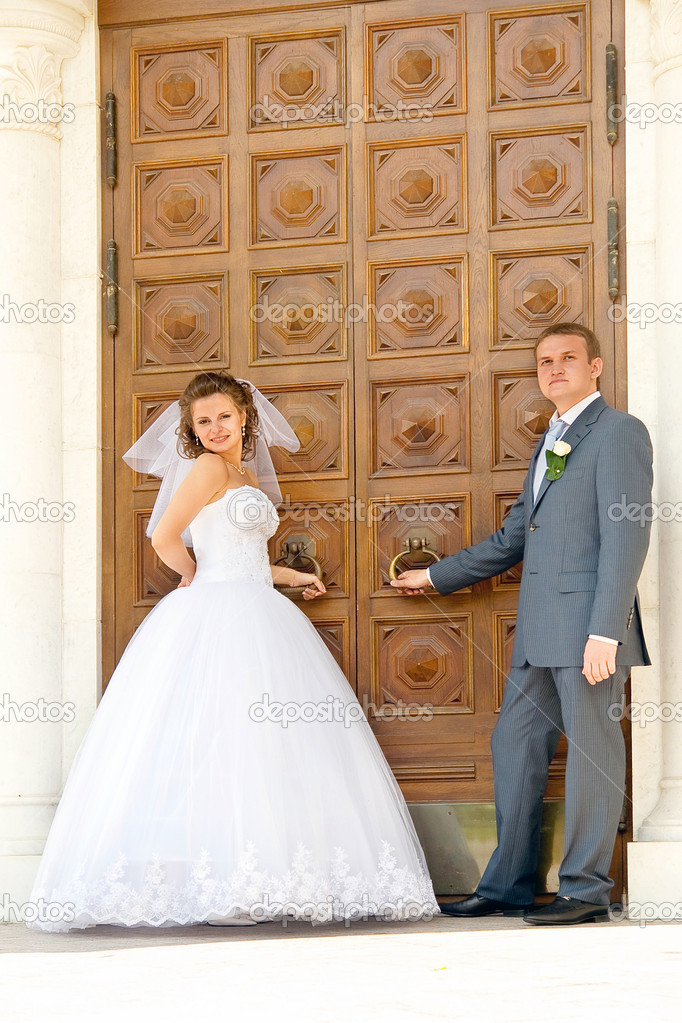 Bride with the groom near the vintage door — Stock Photo #1227271