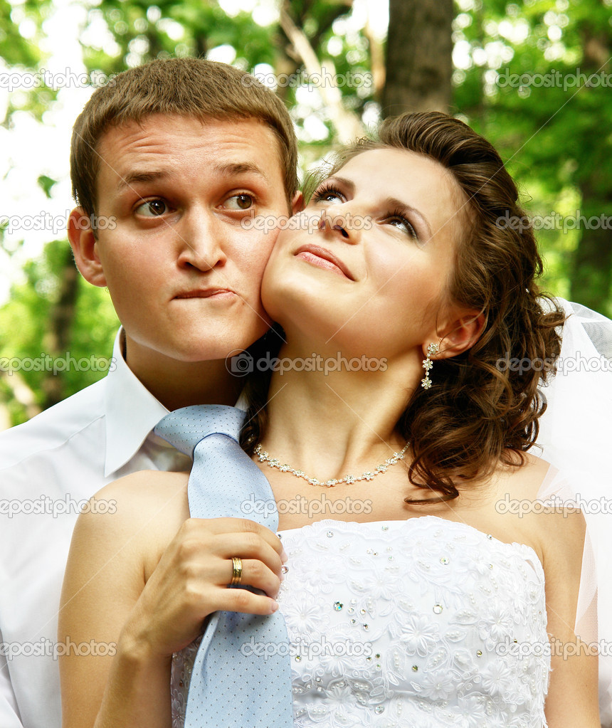 Bride with the groom on the forest background — Stock Photo #1227602