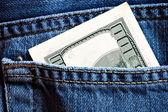 百の紙幣とブルー ・ ジーンズのポケット — ストック写真