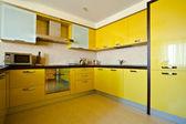 желтый кухонный интерьер — Стоковое фото