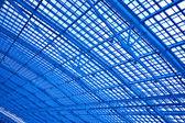 蓝色不寻常几何天花板 — 图库照片