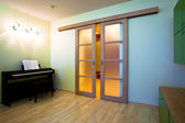 Piano in modern room — Stockfoto