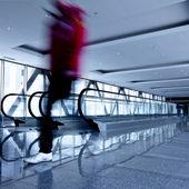 Persona muoversi nel corridoio grigio con escala — Foto Stock