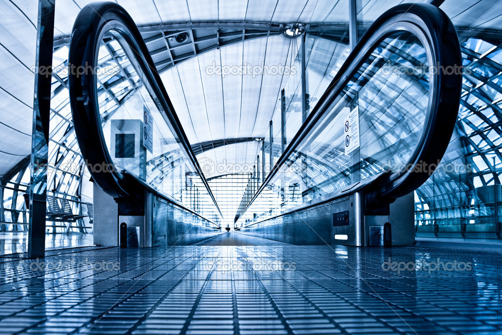 Enter to blue travolator in modern airport hall — Stock Photo #1286771