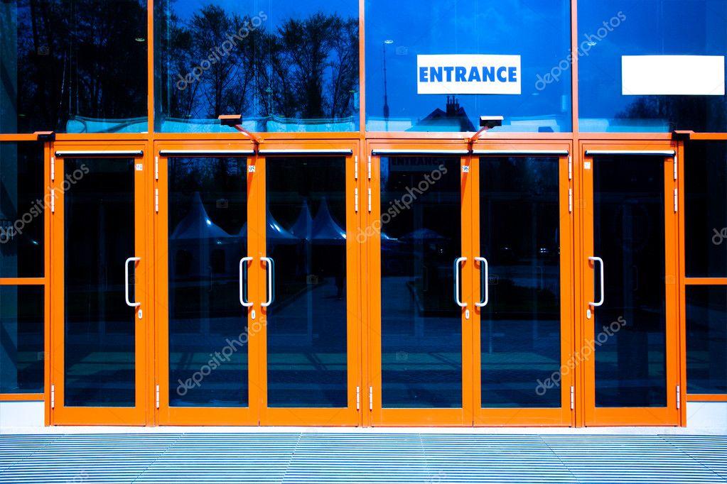 входные двери общественных