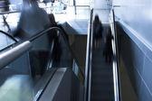 Pohybující dav na eskalátoru — Stock fotografie