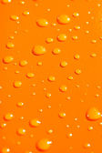 Gouttes d'eau sur fond de métal orange — Photo